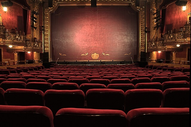 舞台 ステージ 劇場 ストレートプレイ ミュージカル 違い